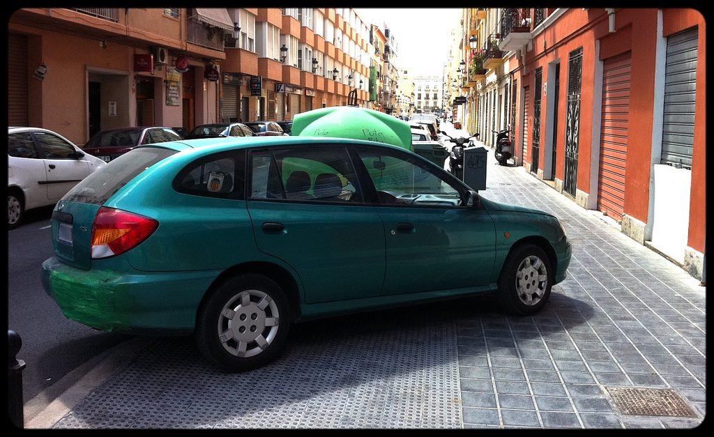 Cómo no aparcar mal y evitar una multa con el coche